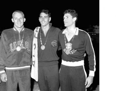 Os três medalhistas dos 100m em Roma: Larsen, Devitt e Manoel dos Santos