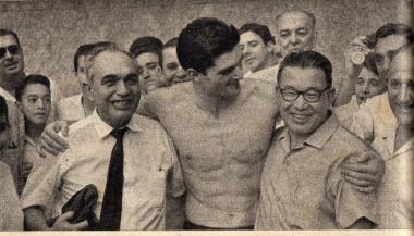 Manoel dos Santos abraça seu pai e o técnico Hirano logo após a quebra do recorde mundial