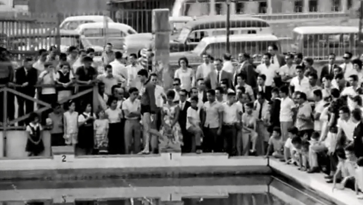 Manoel caminha para a largada, com a piscina lotada do Guanabara